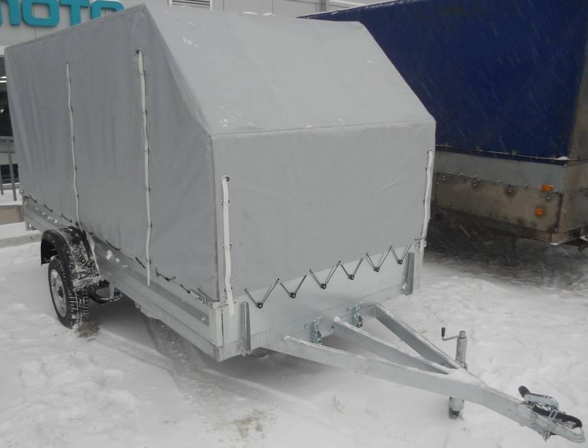 Прицеп Викинг-716104 в комплектации с тентом-каркасом - вид спереди и сбоку справа